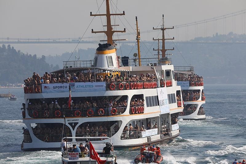 Корабли со спортсменами заплыва